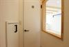 左/階段下収納・右/室内窓